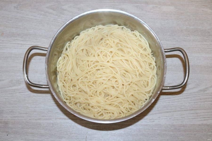 Спагетти отварите согласно инструкции на упаковке.