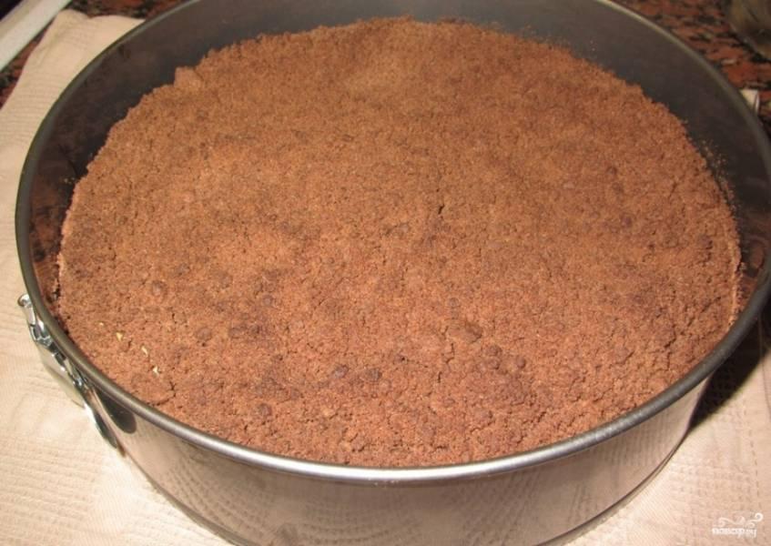 Выпекайте чизкейк в разогретой до 170 градусов духовке в течение 45 минут.