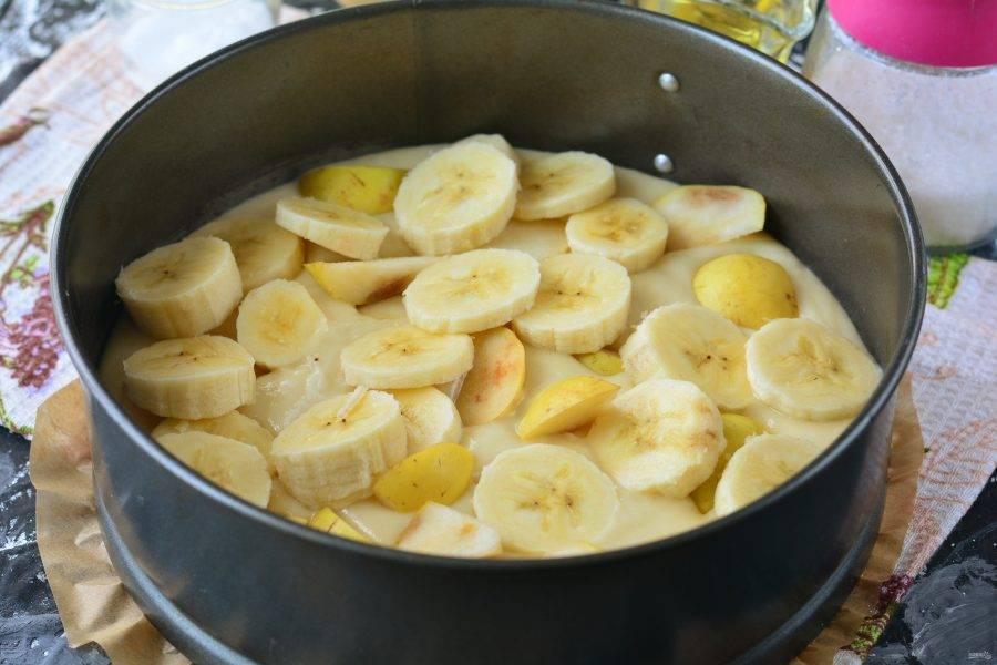 Смажьте форму маслом или выстелите пергамент, налейте тесто и разровняйте поверхность. Сверху выложите кусочки груши и банана. В процессе выпекания фрукты немного утонут в тесте.
