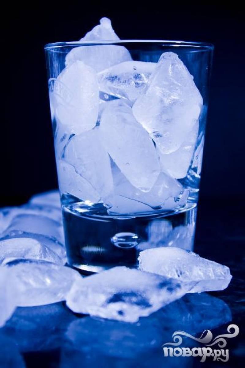 4.Высокий прозрачный бокал наполнить кубиками льда. Колотый лед смотрится более эффектно.