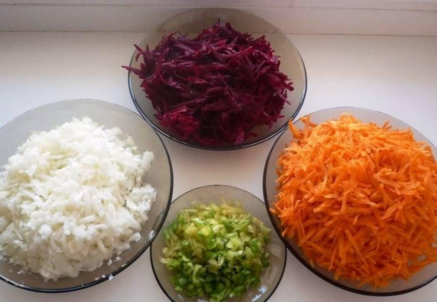 Мелко порежьте лук и болгарский перец.  Морковь и свеклу натрите на терке.