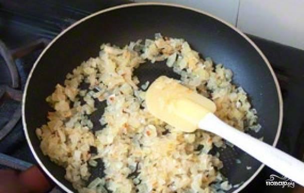 На сковороде с растительным маслом поджарим до золотистости лук, на это уйдёт около 10 минут.