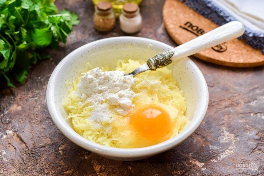 Добавьте в миску с картофелем и луком яйцо, пшеничную муку, соль и перец по вкусу.