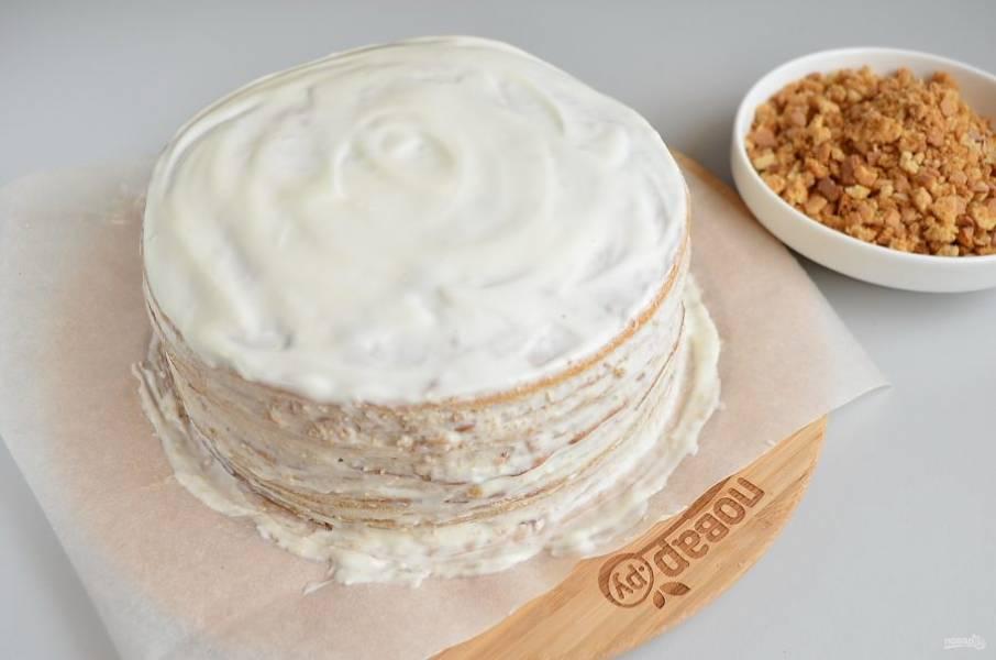 Получившейся мокрой крошкой необходимо хорошенько облепить торт со всех сторон, придавая ему аккуратную форму, сглаживая неровности и т.д.