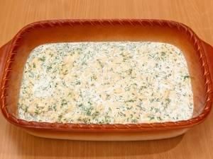Перекладываем в форму рыбу, затем ее солим и перчим. Заливаем сливочным соусом и запекаем блюдо в духовке 35 минут, температура 180 градусов.