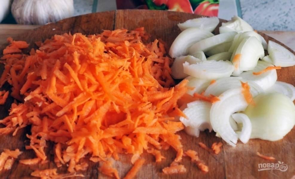 Очищенную и промытую морковь натрите на крупной тёрке. Лук почистите и нарежьте произвольно.
