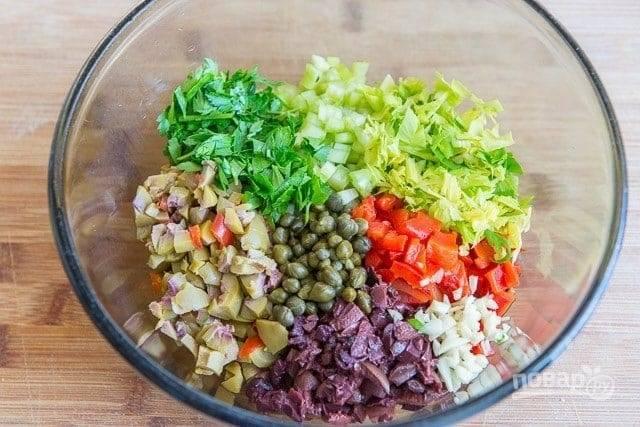 2. Измельчите все и соедините в глубокой мисочке. Добавьте оливковое масло, винный уксус, соль и перец. Перемешайте.