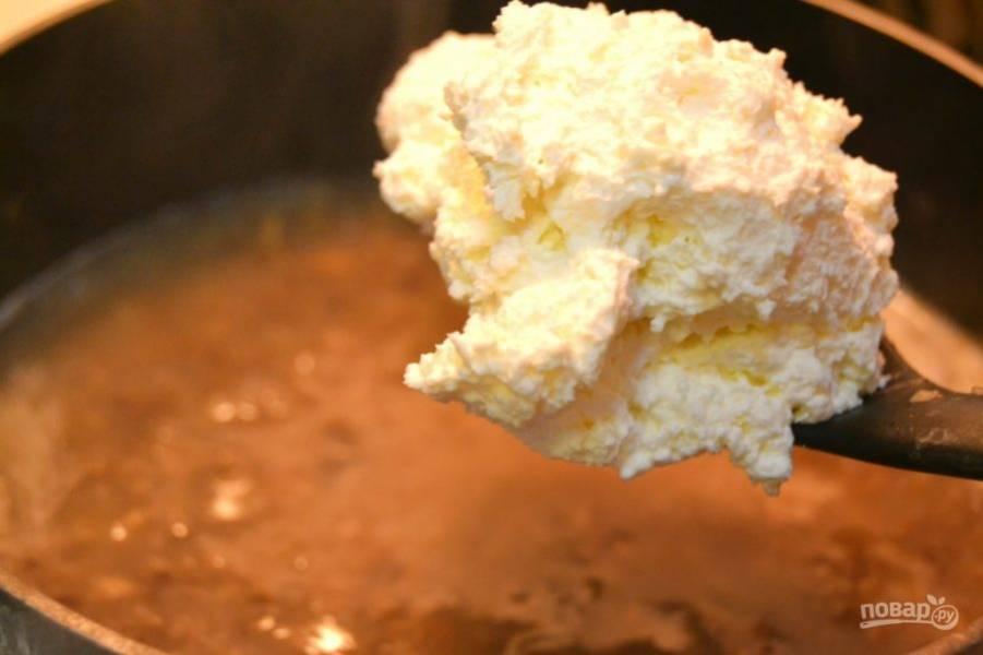 6.Добавьте в кастрюлю сливочный сыр, перемешайте и варите до его растворения. Нужна густая консистенция, поэтому, если суп еще жидкий, варите его на слабом огне до густой консистенции.