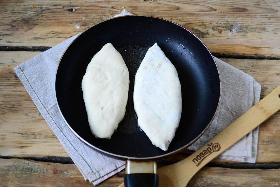 На сковороде разогрейте растительное масло, жарьте пирожки на среднем огне до золотистого цвета.