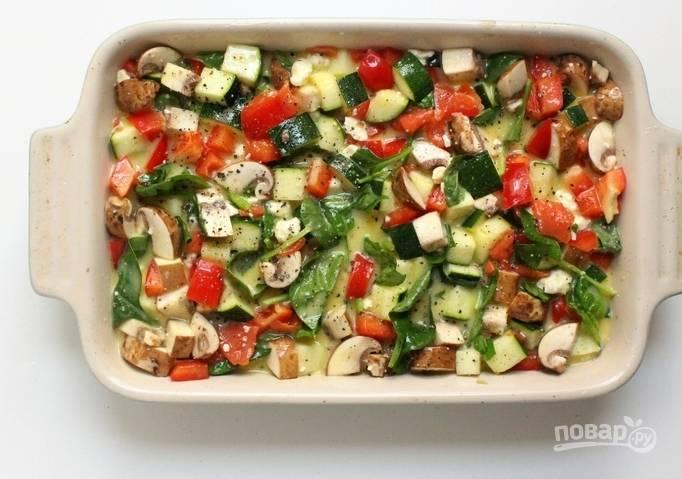 Переложите ингредиенты в форму для выпечки. Духовку разогрейте до 180 градусов.