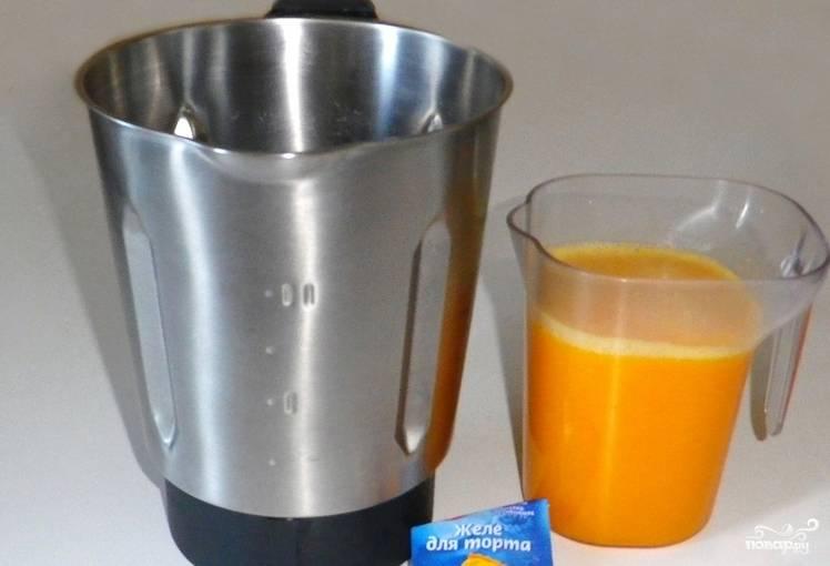 Несколько долек отложите в сторону для украшения. При помощи соковыжималки готовим апельсиновый сок. Засыпьте в него желе и доведите до кипения на медленном огне, помешивая.