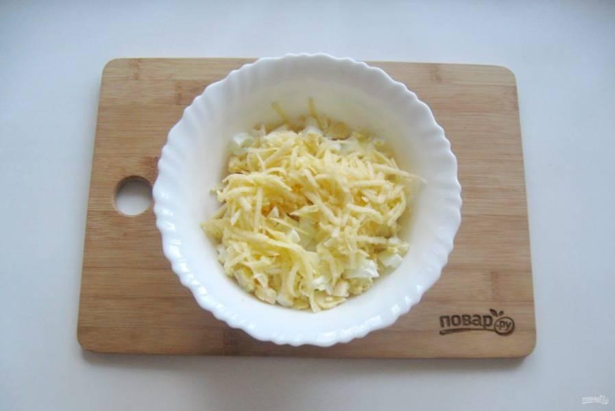 5. Яблоко очистите, натрите на терке и выложите в салат.