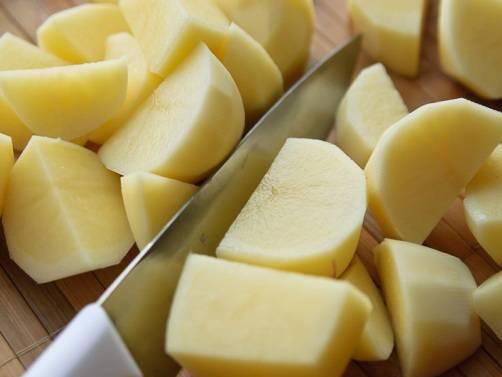 Картофель очистим от кожуры, помоем и нарежем крупными кусочками.