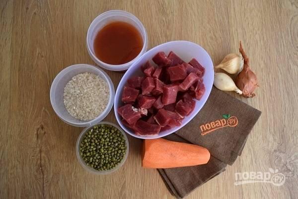 Подготовьте необходимые ингредиенты. Мясо нарежьте на кубики, овощи помойте. Рис промойте в холодной воде до ее прозрачности, залейте чистой холодной водой на 40 минут.
