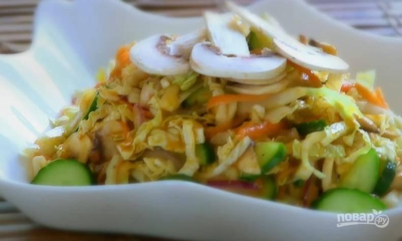 8. Подавайте салат, украсив его пластинками грибов.