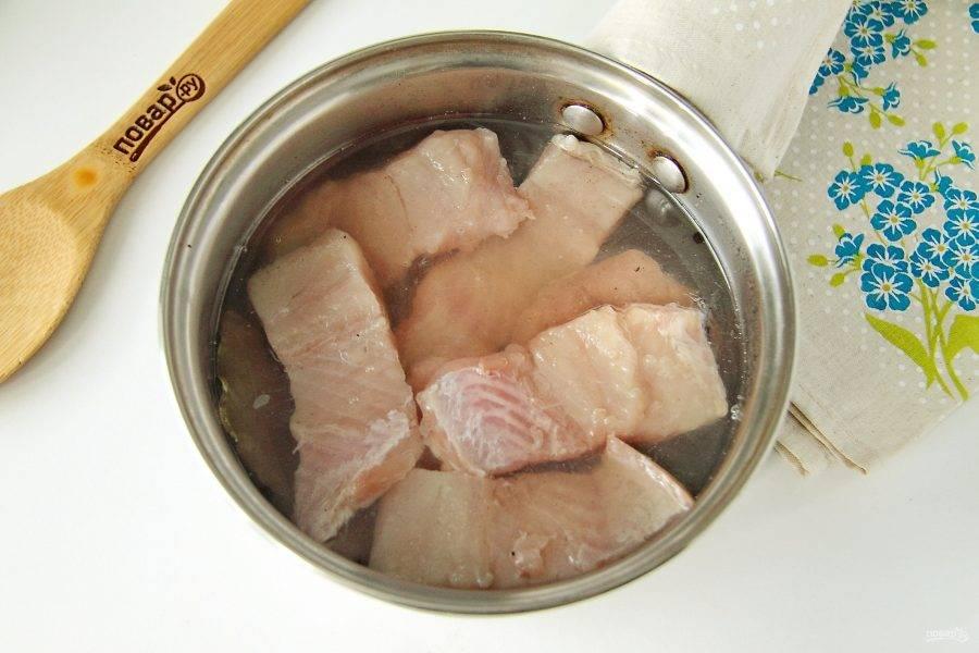 В остывший маринад добавьте уксус и опустите кусочки рыбы. Сверху положите небольшую тарелку и уберите рыбу мариноваться в холодильник на 1-1,5 суток.