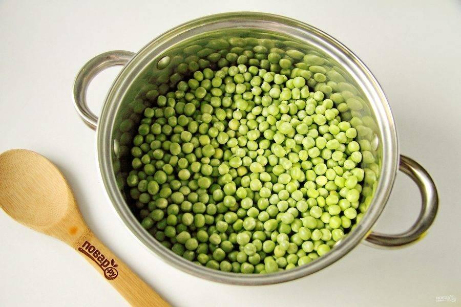 Промойте стручки под холодной водой и извлеките все зерна, отбирая при этом только целые семена.