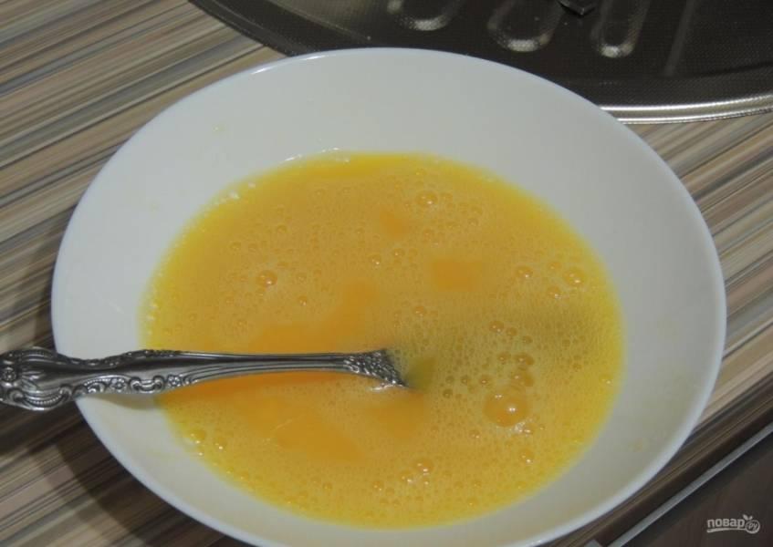 8.В миску вбиваю яйцо, добавляю половину чайной ложки без горки соли и взбиваю вилкой.