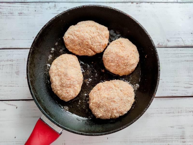 Обжарьте котлеты в хорошо разогретой сковороде с растительным маслом до готовности.