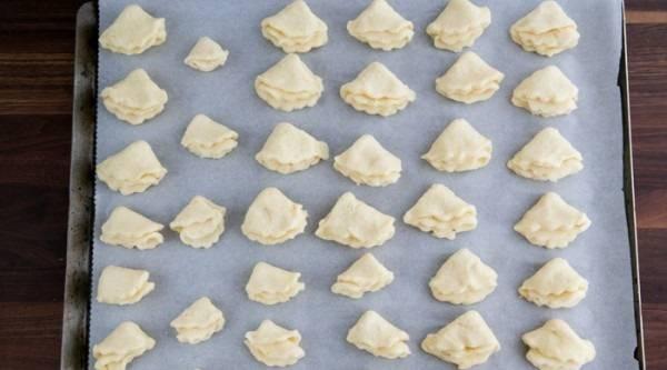 10. Застелить пергаментом противень и выложить готовые печенья. Отправить в разогретую духовку на минут на 25-30. Вот и весь секрет, как сделать песочное печенье с творогом. Обязательно возьмите этот рецепт на заметку.