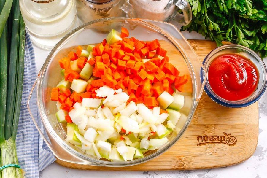 Такими же кубиками нарежьте морковь и репчатый лук. Добавьте в емкость.