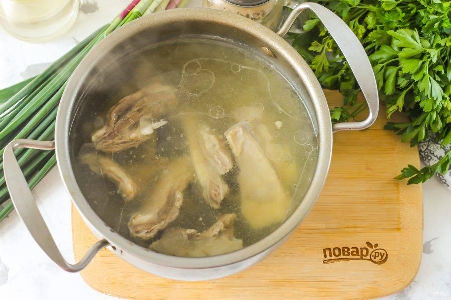 Когда баранина и нут станут мягкими, посолите и поперчите блюдо, выключите нагрев.