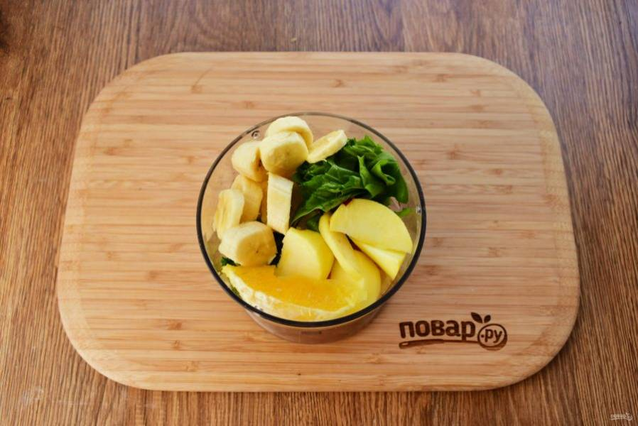 Апельсин очистите, удалите косточки, разделите на ломтики. Банан очистите, нарежьте колечками, яблоко — кусочками. В измельчителе соедините 1/2 апельсина, 1 яблоко, 1 банан, 100 г шпината, пробейте до однородности. Добавьте воды, доведя смузи до нужной консистенции.