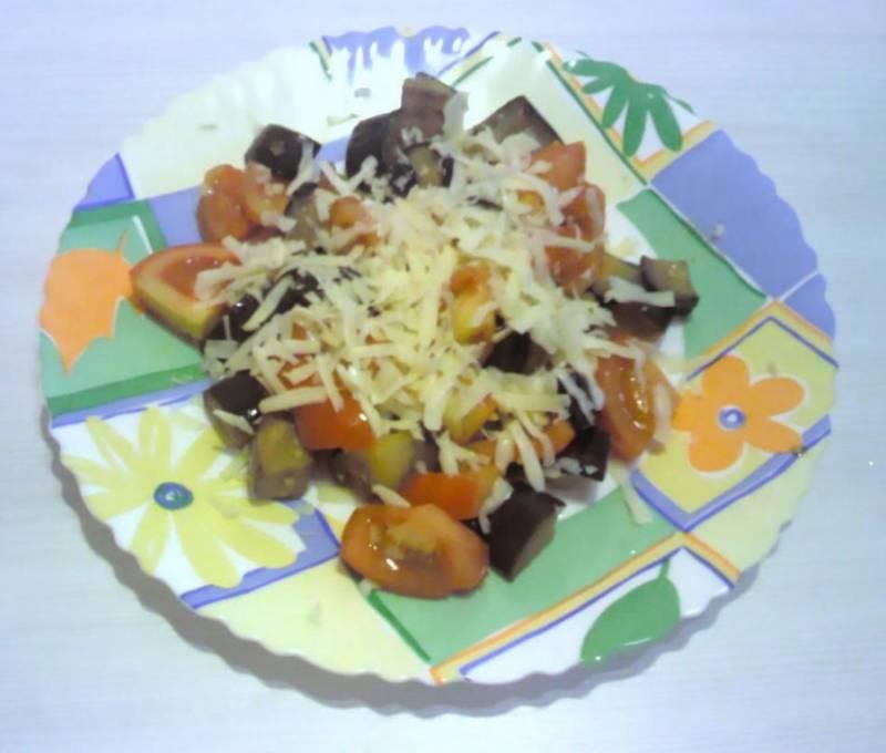 5. Выкладываем на блюдо и притрушиваем тертым сыром. Употреблять лучше в горячем виде, чтобы почувствовать весь аромат овощей.