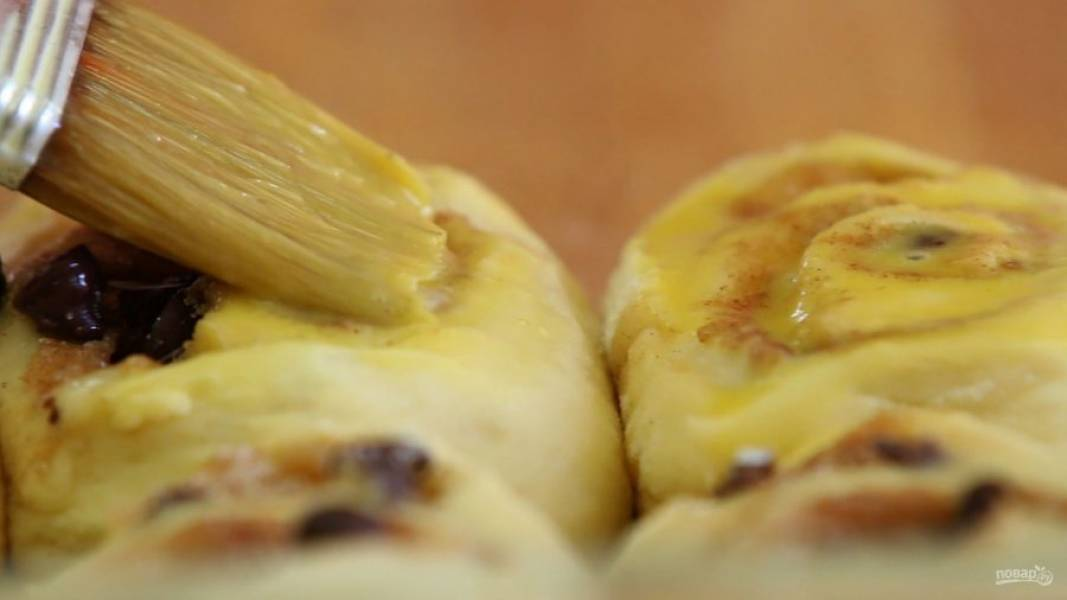 11. Затем смажьте верхушки взбитым яйцом. Отправьте изделия в духовку.