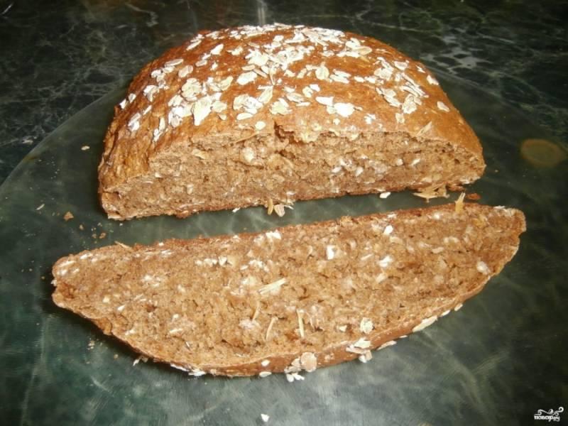 4. Выпекайте хлебушек 25-30 минут. Ближе к концу готовки обязательно проверьте его спичкой или зубочисткой на готовность. Затем достаньте готовый хлеб из духовки. Остудите его и подайте к столу. Приятного аппетита!