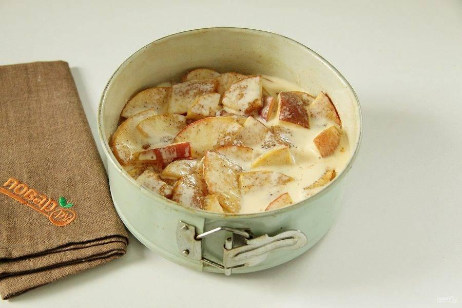 8. Отправьте в разогретую до 200 градусов духовку на 15 минут. Тем временем взбейте два желтка со сметаной (можно заменить на жирные сливки). Полейте сверху пирог и отправьте обратно до появления румяной корочки.