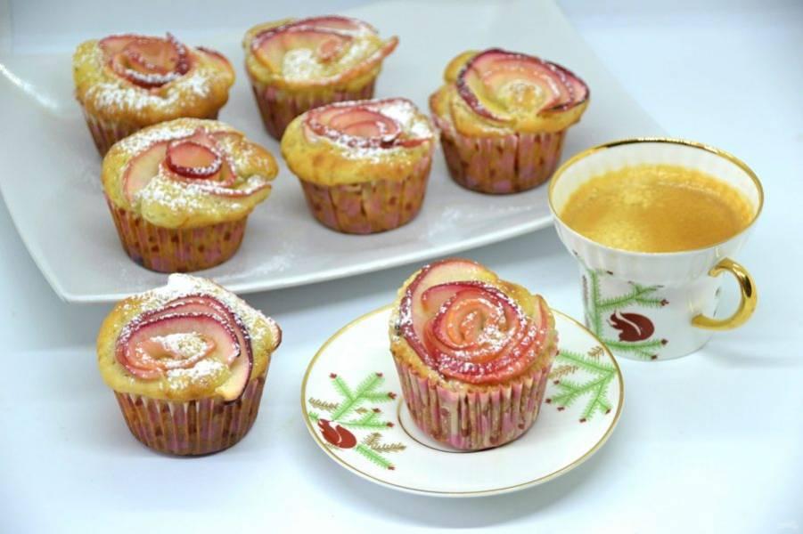 Яблочные капкейки получились не только красивыми, но еще и очень вкусными. Благодаря добавлению половинки натертого яблока они слегка влажные внутри. От души рекомендую приготовить!