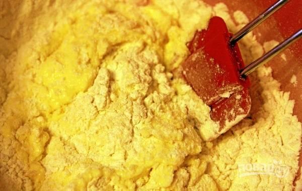 4. Начните добавлять их, замешивая однородное тесто.