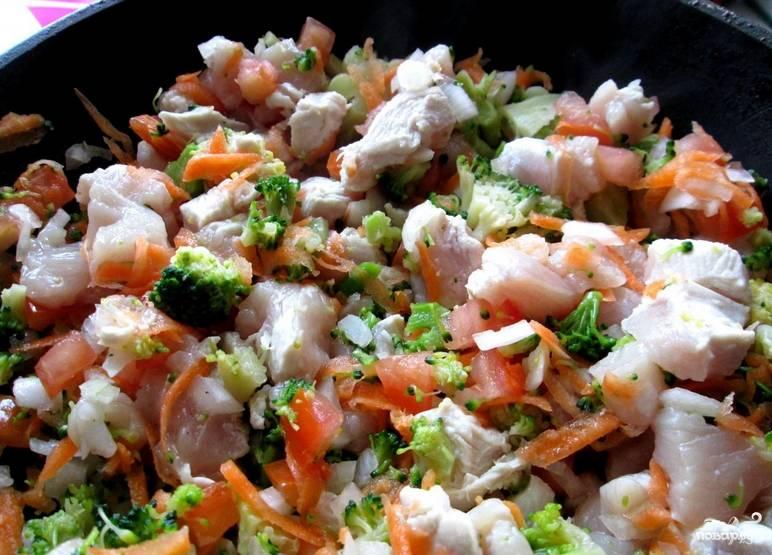 Разогрейте в сковороде масло. Выложите куриное филе и овощи. Обжарьте 7-8 минут на среднем огне. Можете добавить любые специи по вкусу.