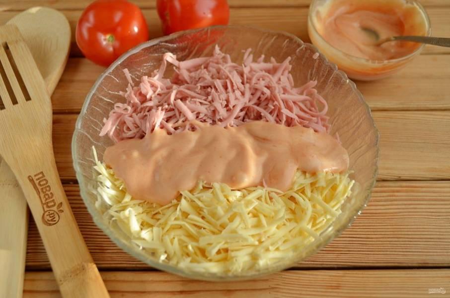 Соедините колбасу с сыром и смесью майонеза с кетчупом. Все тщательно перемешайте. Майонез можно не смешивать заранее с кетчупом, но мне кажется, что так лучше перемешивается все.