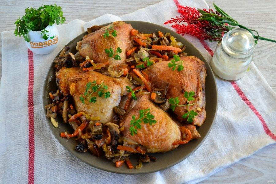 Куриные бедрышки с грибами и овощами в духовке готовы. Приятного аппетита!