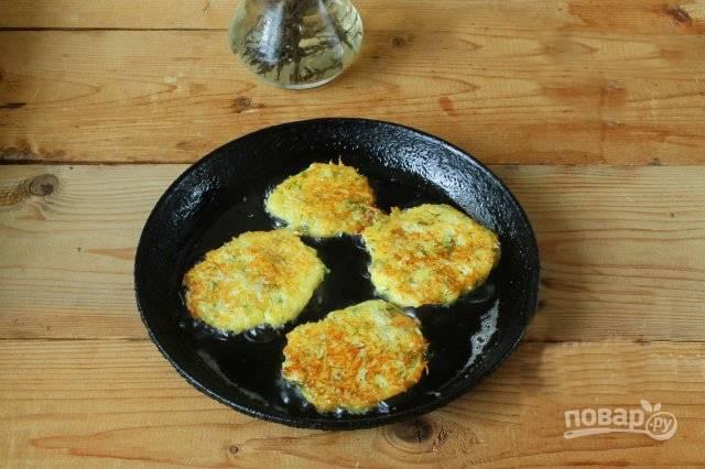 Столовой ложкой выкладывайте тесто, жарьте оладьи до румяной корочки с обеих сторон. Лишний жир уберите бумажной салфеткой. Приятного аппетита!
