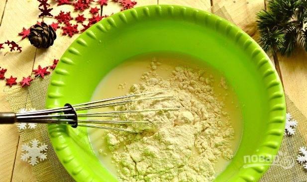 Добавьте муку порциями. Замешайте тесто. В конце влейте растительное масло. Ещё раз перемешайте.
