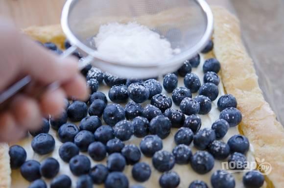 6. Смажьте середину пирога кремом, сверху выложите чернику, слегка притрусите сахарной пудрой. Приятного чаепития!