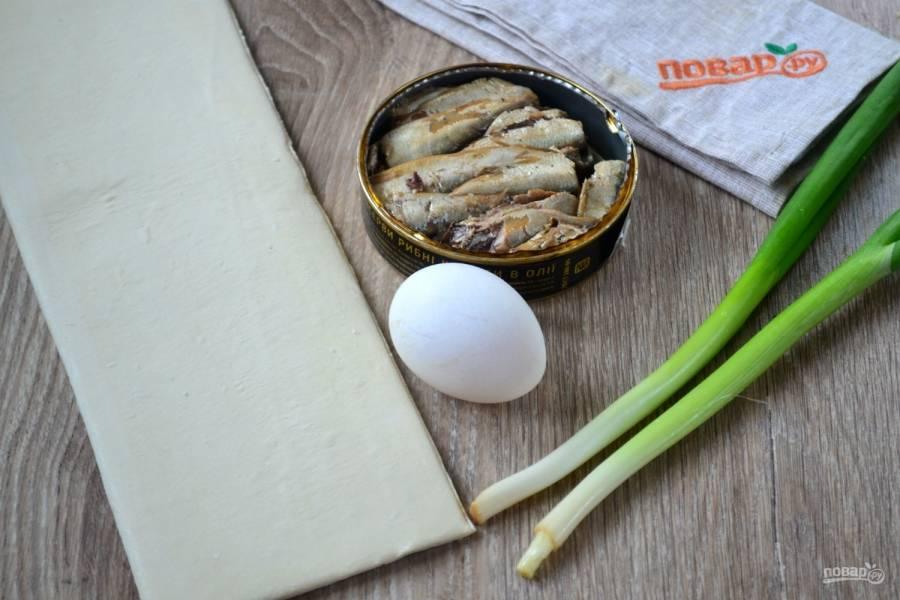 Подготовьте все необходимые ингредиенты. Слоеное тесто я взяла готовое, но вы можете приготовить его и сами, на этом сайте есть много рецептов, как сделать слоеное тесто своими руками.