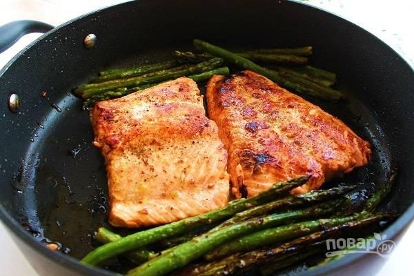 4. После крышку снимите, рыбку переверните при желании и доведите блюдо до полной готовности. Приятного аппетита!