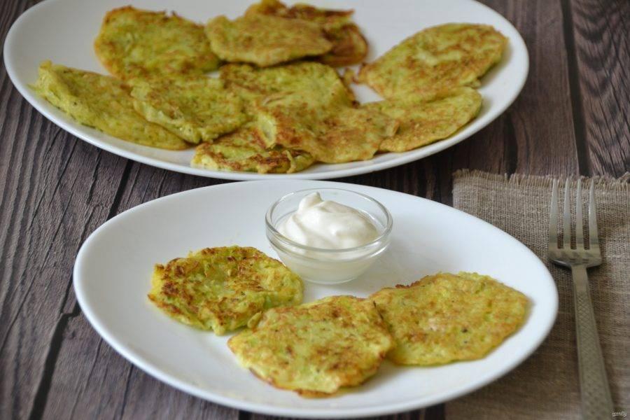 Подавайте оладьи со сметаной низкой жирности или с греческий йогуртом. Это очень вкусно, полезно и быстро. Приятного аппетита!