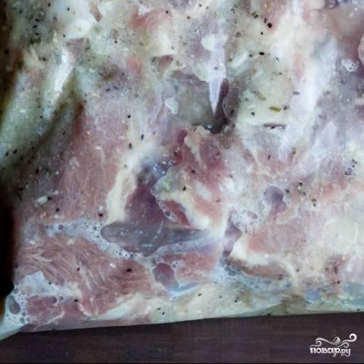 2. В блендер выложите очищенную луковицу, чеснок, лавровый лист, добавьте воду, уксус, лимонный сок, соль, перец и душицу. Взбейте все до однородной массы и влейте в пакет или миску с мясом. Закройте пакет (миску) и потрясите. Мясо в маринаде отправьте в холодильник на четыре часа.