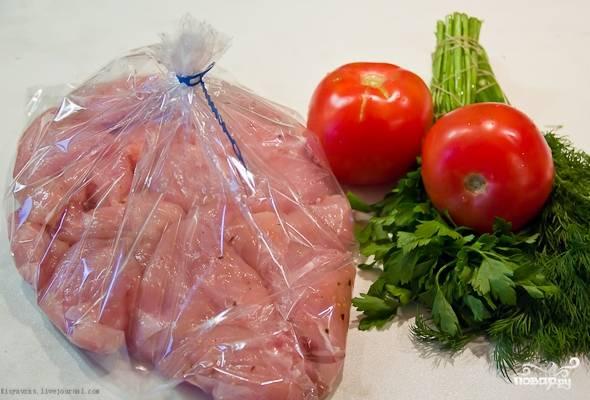 Полученным соусом обильно смазываем куриные грудки, оставляем их в таком виде мариноваться на один час. Подготовленные грудки кладем в рукав, сверху укладываем кусочки яблок. Рукав хорошенько завязываем и кладем его на противень.