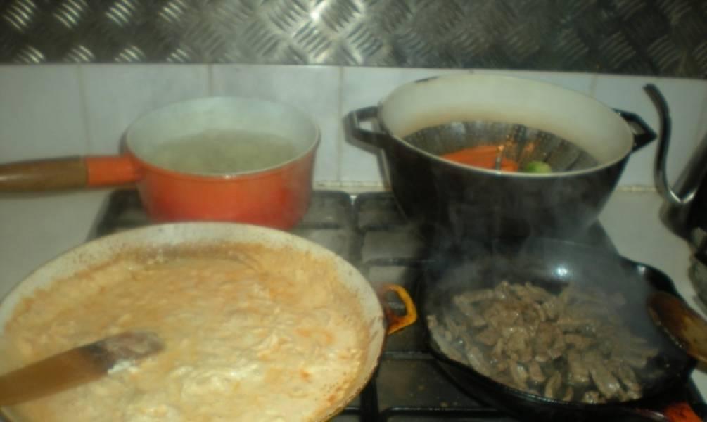 Обжариваем лук на растительном масле до прозрачности. Добавляем томатную пасту и сметану, перемешиваем и готовим 3-5 минут. Специи по вкусу. Параллельно на другой сковороде обжариваем мясо. Обжаренное мясо добавляем в соус и тушим еще 3-4 минуты.
