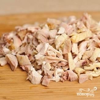 1. Отварите куриное филе. Готовое филе нарубите.
