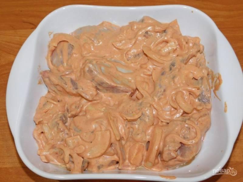 Затем выложите мясо в маринаде в форму для запекания и поставьте в духовку, разогретую до 200 градусов, на 1,5 часа. Первый час готовьте мясо слегка прикрыв фольгой.