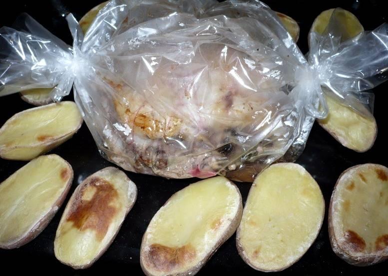 Картофель приготовится гораздо быстрее, чем мясо, поэтому посматривайте за ним и, как только он станет мягким, переложите картофель с противня на тарелку.