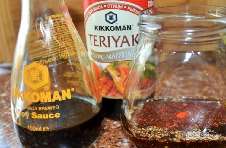 На медленном огне кипятим воду и коньяк. Опускаем в еле кипящую жидкость по нескольку ломтиков говядины, буквально на 5 секунд. Перекладываем говядину на марлю. Для приготовления соуса необходимо смешать соевый соус с соусом чили, оливковым и кунжутным маслом. Затем добавьте перец чили, рисовый уксус и васаби. Тщательно перемешиваем.