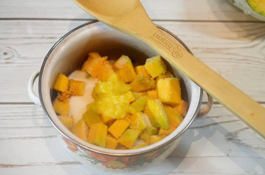 3. В кастрюлю выложите слоями тыкву - пюре апельсина - немного сахара и т. д. Сверху должен быть сахар. Оставьте на 12 часов, пока тыква не даст сок.